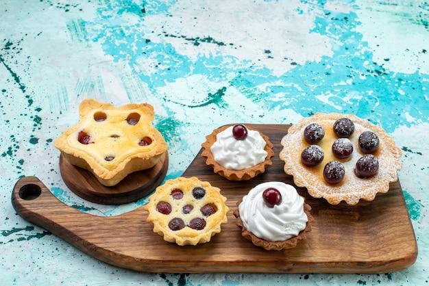 Пирожные с кремом сахарной пудрой фрукты на голубом, торт крем бисквитный сладкий сахарная выпечка Бесплатные Фотографии