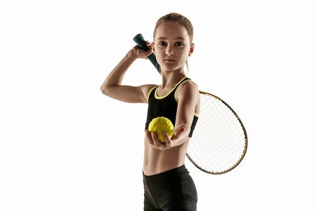 白い壁に分離されたテニスをしている白人の少女 無料写真