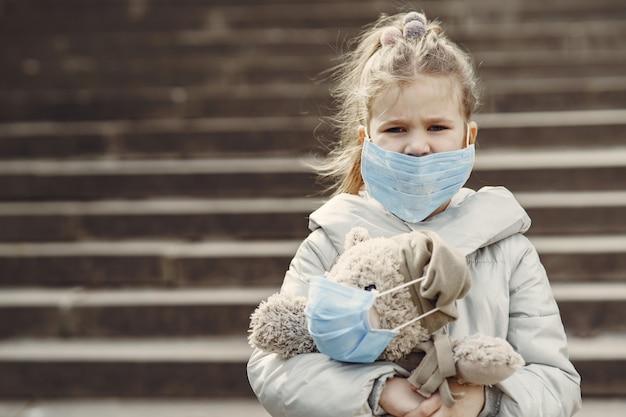 Маленький ребенок выходит на улицу в маске Бесплатные Фотографии