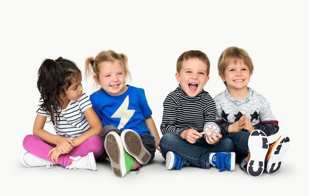 Маленькие дети, держась подальше счастливые веселые Premium Фотографии