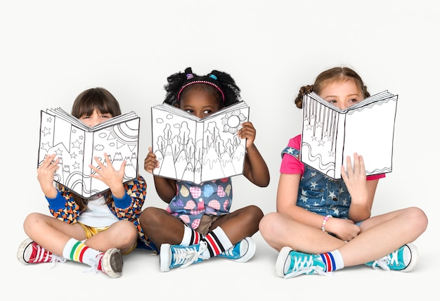 Little children reading sitting down Premium Photo
