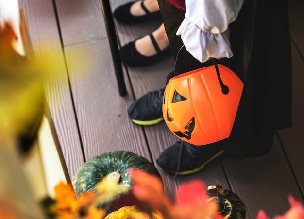 Маленькие дети обманывают или лечат на хэллоуин Бесплатные Фотографии