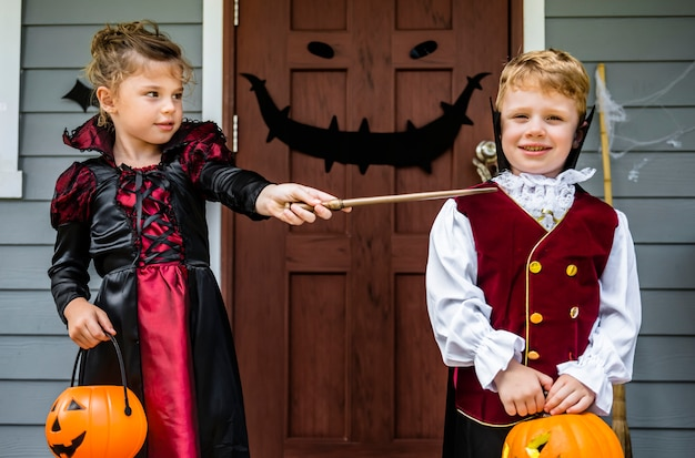 Little children trick or treating on halloween Premium Photo