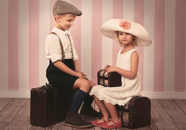 旅行を待っている小さな子供たち 無料写真