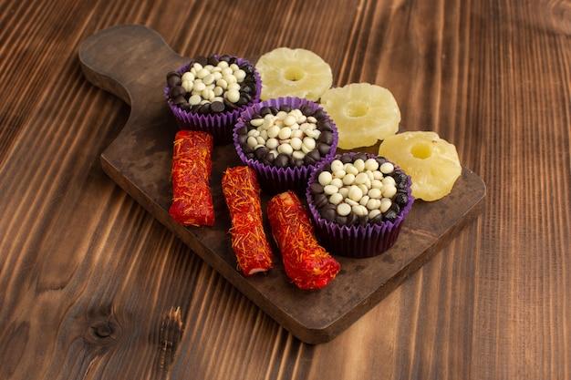 小さなチョコレートブラウニーとチョコレートチップ、パイナップルリングと木のヌガー 無料写真