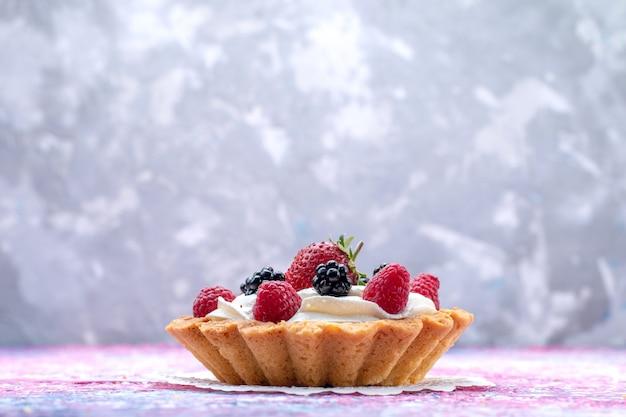 光の上のベリーと小さなクリームケーキ、ケーキビスケットベリー甘い焼き写真 無料写真