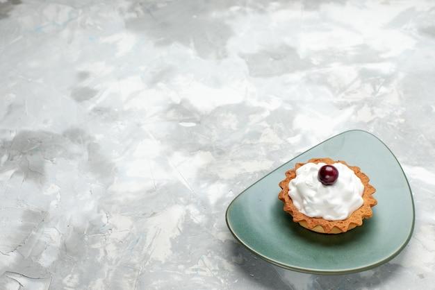 Маленький кремовый торт внутри тарелки на свете, торт выпечка сладкий пирог крем Бесплатные Фотографии