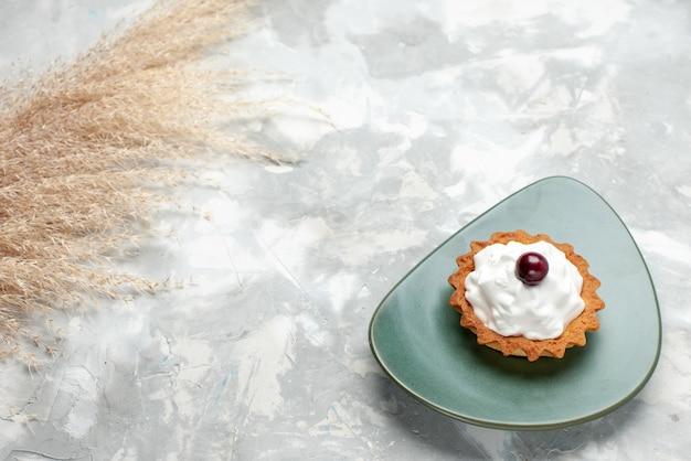 Маленький кремовый торт на тарелке на светлом столе, торт крем фруктовый сладкий бисквит Бесплатные Фотографии