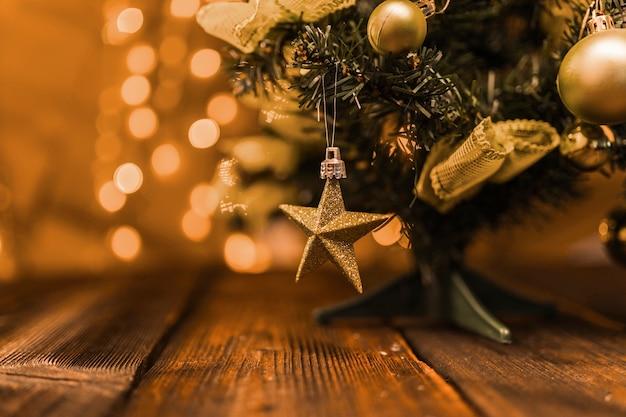 Маленькая украшенная елка на деревянной доске Premium Фотографии
