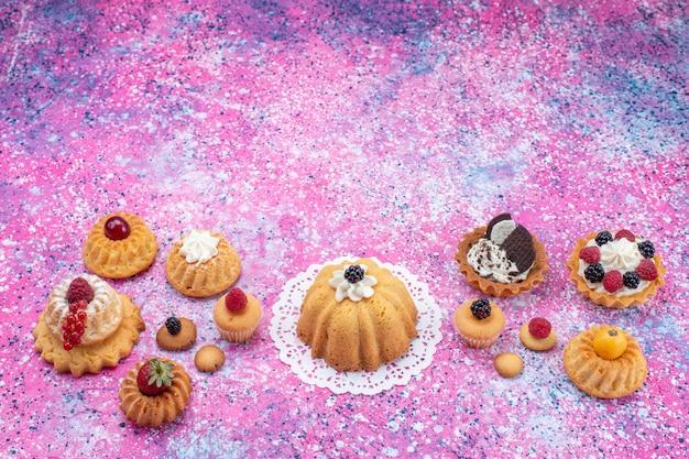 明るい机の上のベリーと一緒にクリームと少しおいしいケーキ、ケーキビスケットベリー甘い 無料写真