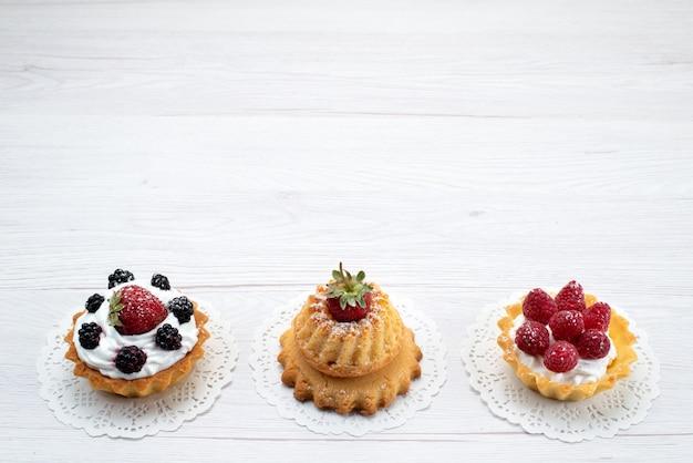 Маленькие вкусные лепешки со сливками и ягодами на свету, торт бисквитный ягодный сладкий сахар Бесплатные Фотографии