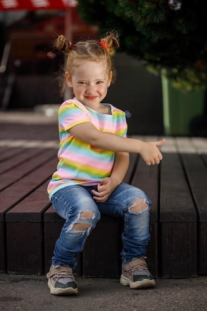 청바지와 컬러 티셔츠에 유행 소녀 프리미엄 사진