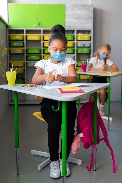 クラスで消毒の女の子 無料写真