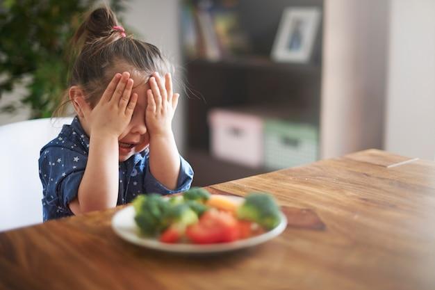 La bambina non vuole mangiare le verdure Foto Gratuite