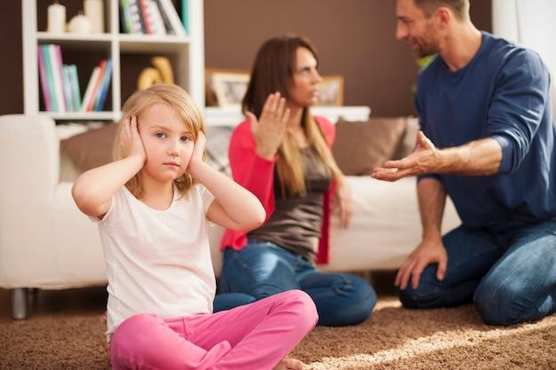 Маленькая девочка не хочет слышать споры родителей Бесплатные Фотографии
