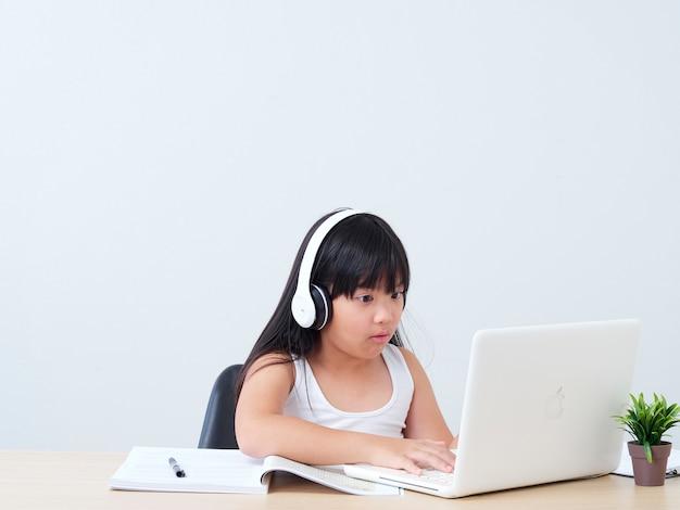 オンラインクラスをやっている小さな女の子 Premium写真