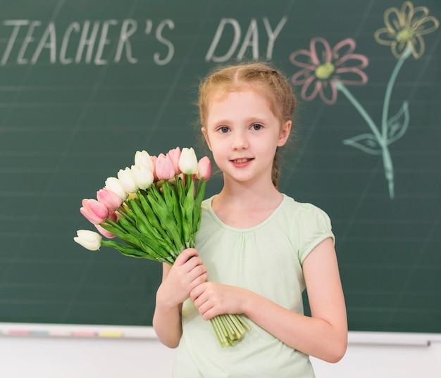 Маленькая девочка держит букет цветов Бесплатные Фотографии
