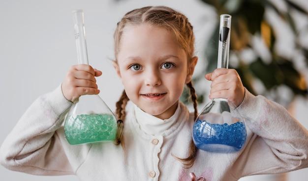 받는 사람에 화학 원소를 들고 어린 소녀 무료 사진