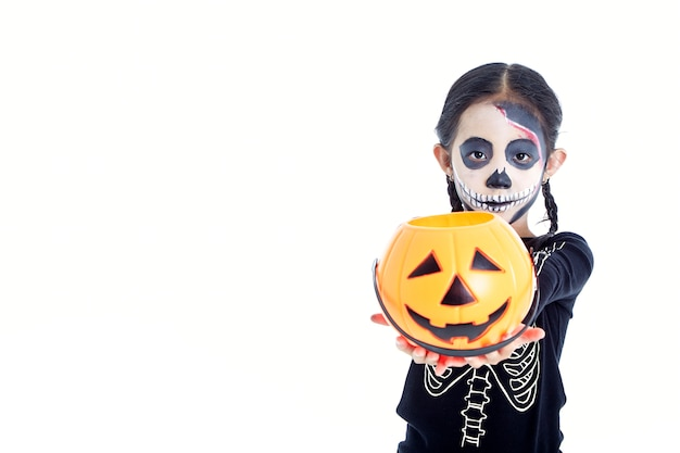 Little girl holding jack o lantern pumpkin basket Premium Photo