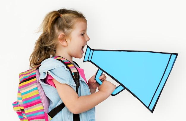 少女がペーパークラフトのメガホンを持っている Premium写真