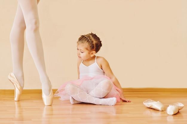 バレリーナの足を探しているバレエ学校の少女 Premium写真