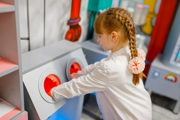 実験室で制服を着て遊ぶ医師の少女 Premium写真