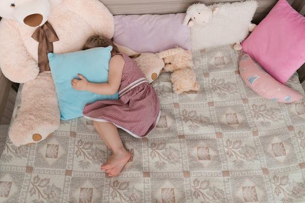 La bambina gioca a nascondino nella sua stanza Foto Gratuite