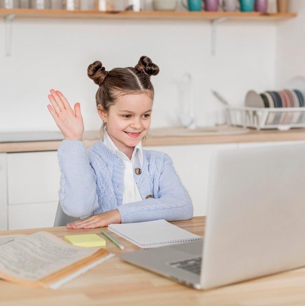 Bambina che conosce la risposta alla domanda del suo insegnante Foto Gratuite