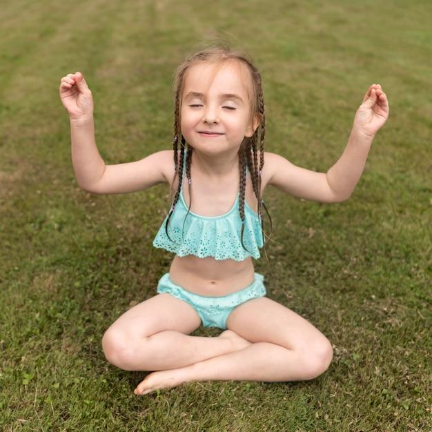 Маленькая девочка медитирует Бесплатные Фотографии