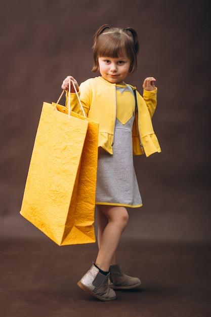 어린 소녀 모델 스튜디오 쇼핑 프리미엄 사진