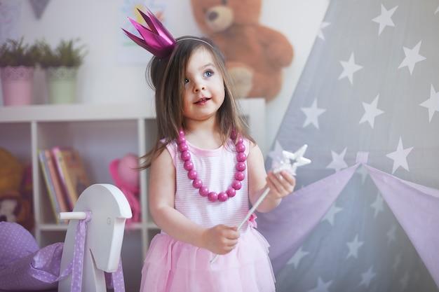 그녀의 방에서 노는 어린 소녀 무료 사진