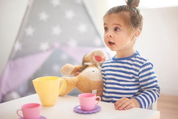 Маленькая девочка играет со своими игрушками Бесплатные Фотографии