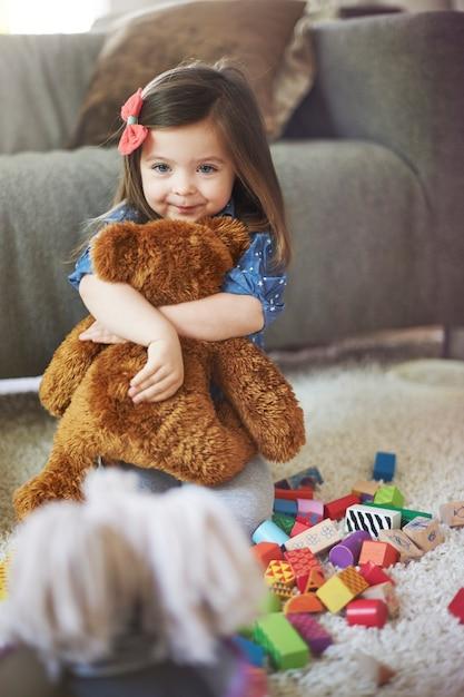 Bambina che gioca con i giocattoli in soggiorno Foto Gratuite