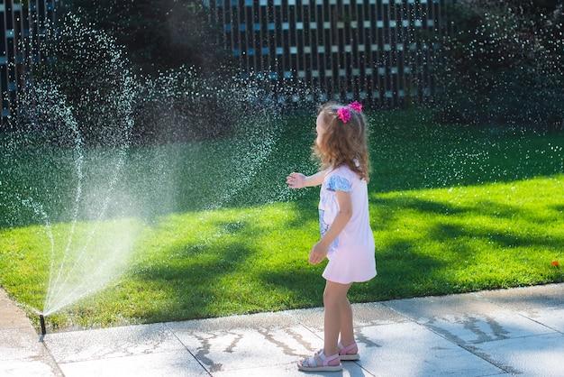 Маленькая девочка играет с вкраплениями. Premium Фотографии
