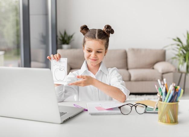 Маленькая девочка представляет домашнее задание своему учителю Бесплатные Фотографии