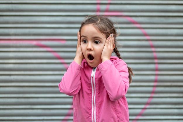 충격 된 어린 소녀 프리미엄 사진