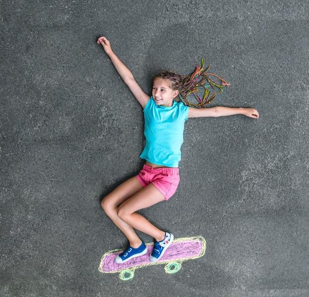 小さな女の子のスケートボード Premium写真
