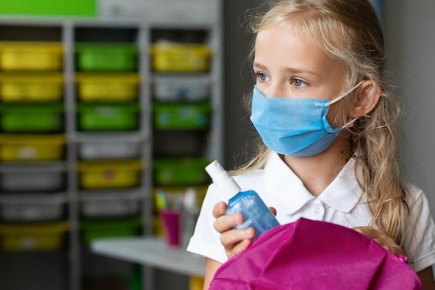 Маленькая девочка в медицинской маске с копией пространства Бесплатные Фотографии