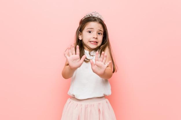 プリンセスを着た少女は、嫌悪感を示す人を拒絶します。 Premium写真