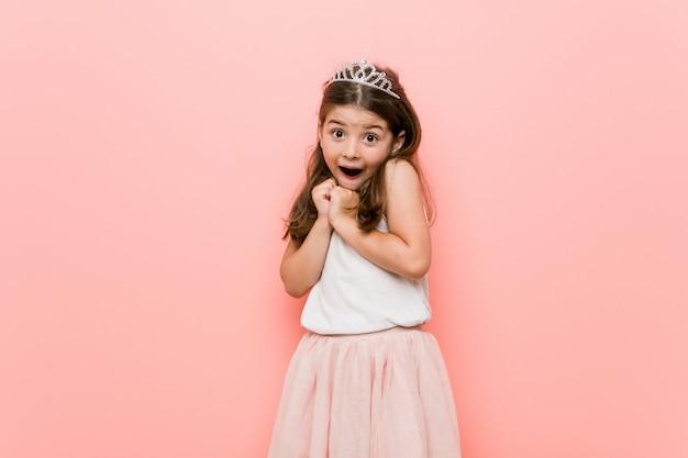 お姫様を着た少女は怖くて怖がっています。 Premium写真