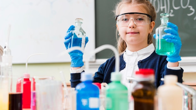 Bambina che indossa occhiali Foto Gratuite