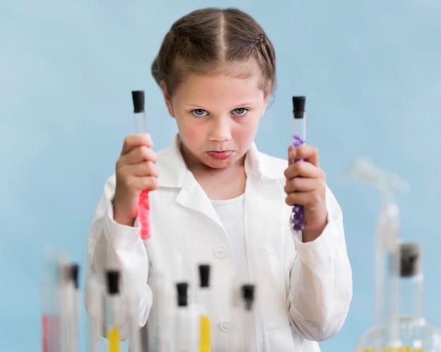 Bambina con tubi di esperimento Foto Gratuite