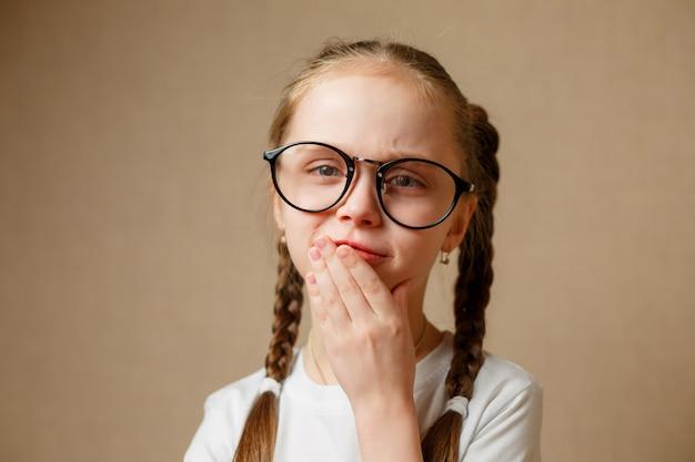 白いtシャツにメガネの少女 Premium写真