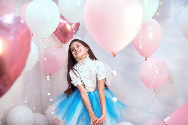 핑크 헬륨 풍선 소녀 프리미엄 사진