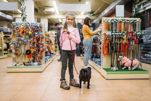 애완 동물 가게, 우정에서 강아지와 어린 소녀 프리미엄 사진