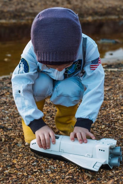 Маленькая девочка с челноком в реке Бесплатные Фотографии