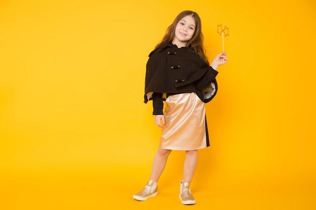 장난감 스타와 어린 소녀 프리미엄 사진