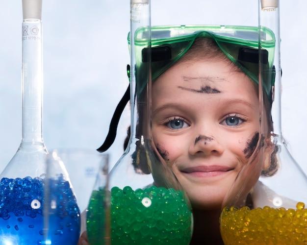 Bambina con il primo piano di tubi Foto Gratuite