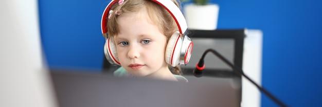 少女は自宅のラップトップで動作します。オンライン学校教育のコンセプトです。 Premium写真