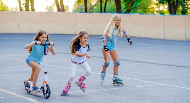 Маленькие девочки едут и соревнуются в скейтпарке Premium Фотографии